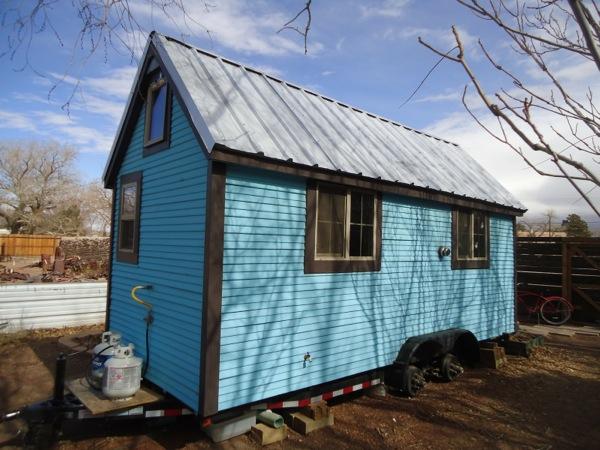 like-a-rolling-home-blue-tiny-house-05